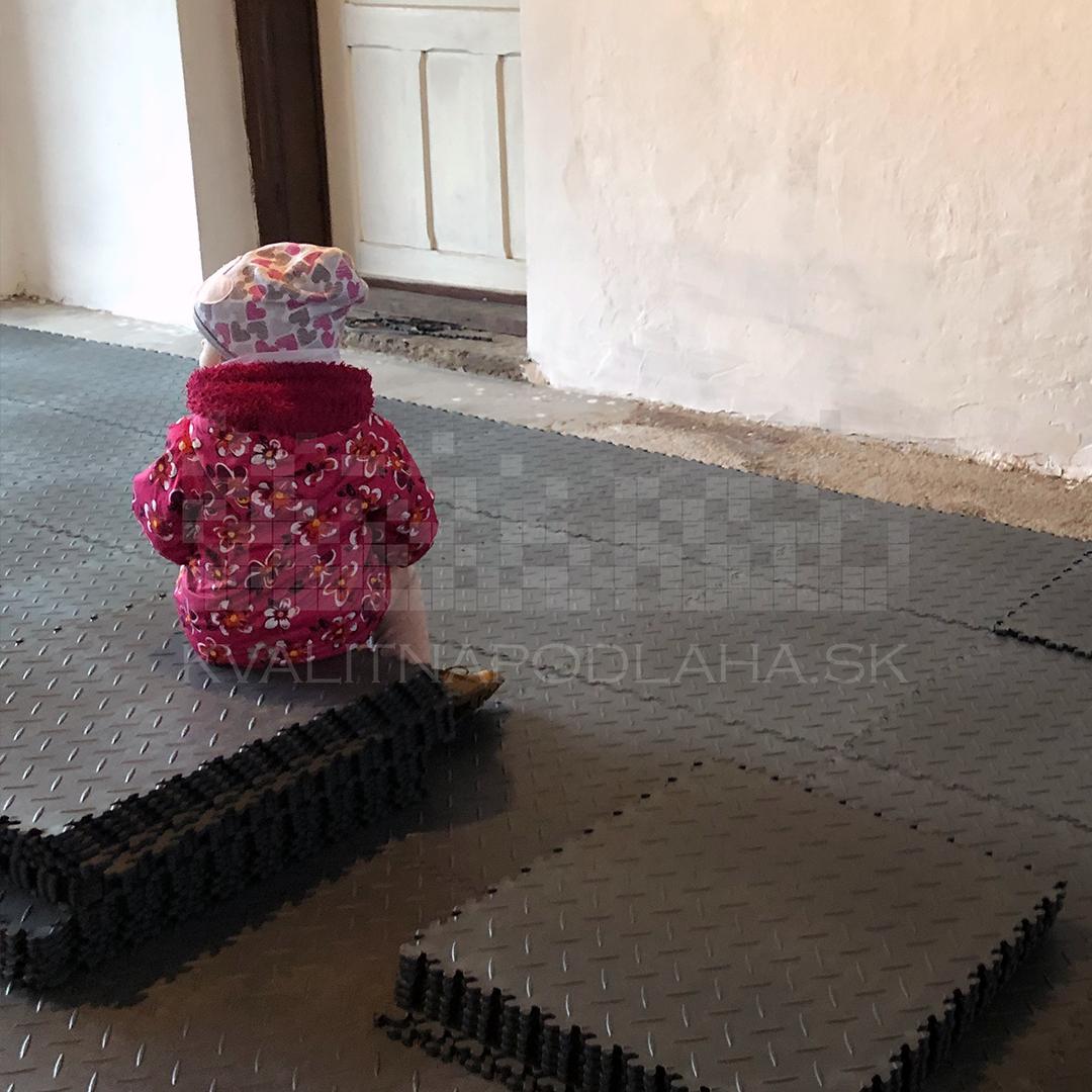 S montážou odolnej PVC podlahy pomôžu aj deti