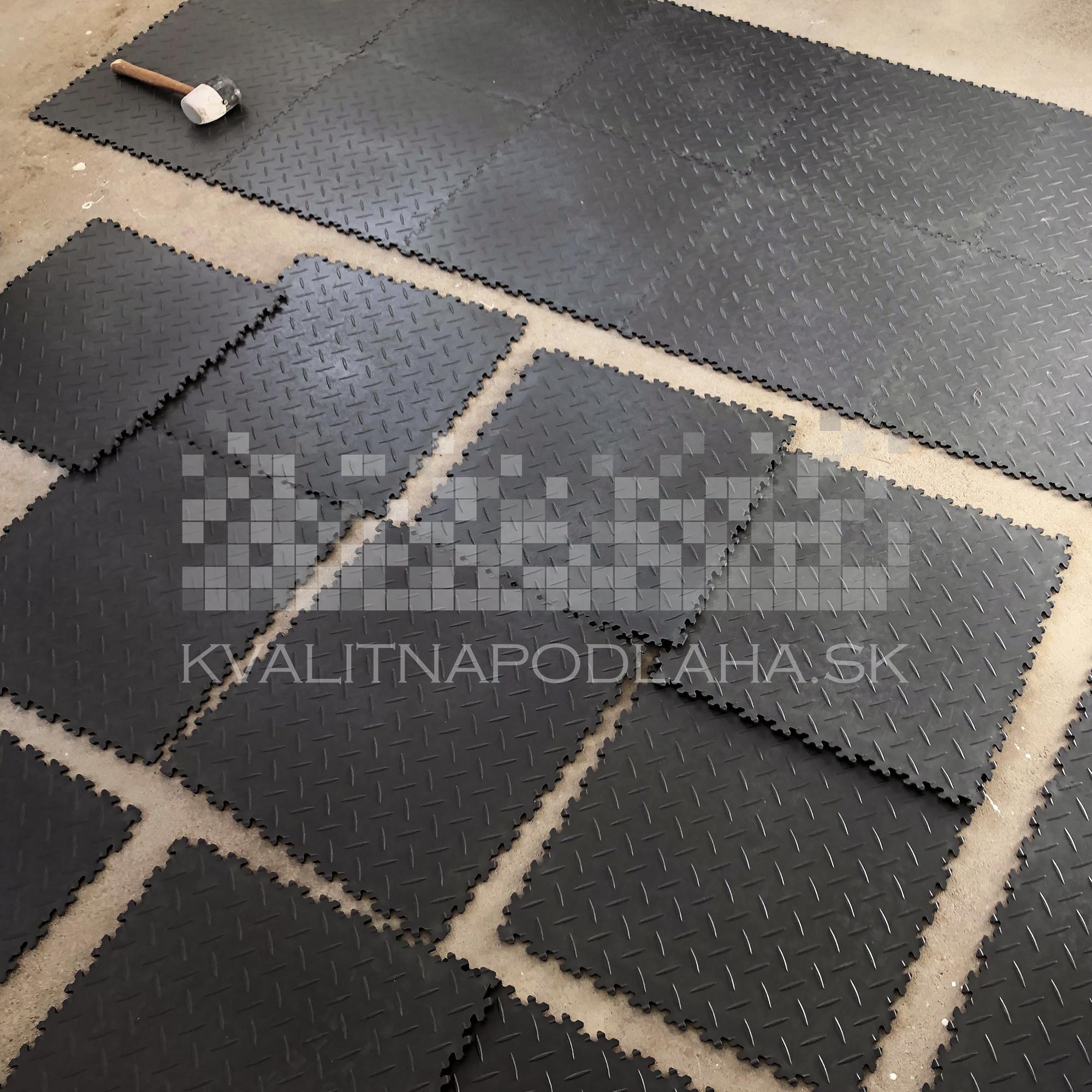 Kvalitná a odolná záťažová PVC podlaha Fortelock ECO do dielne