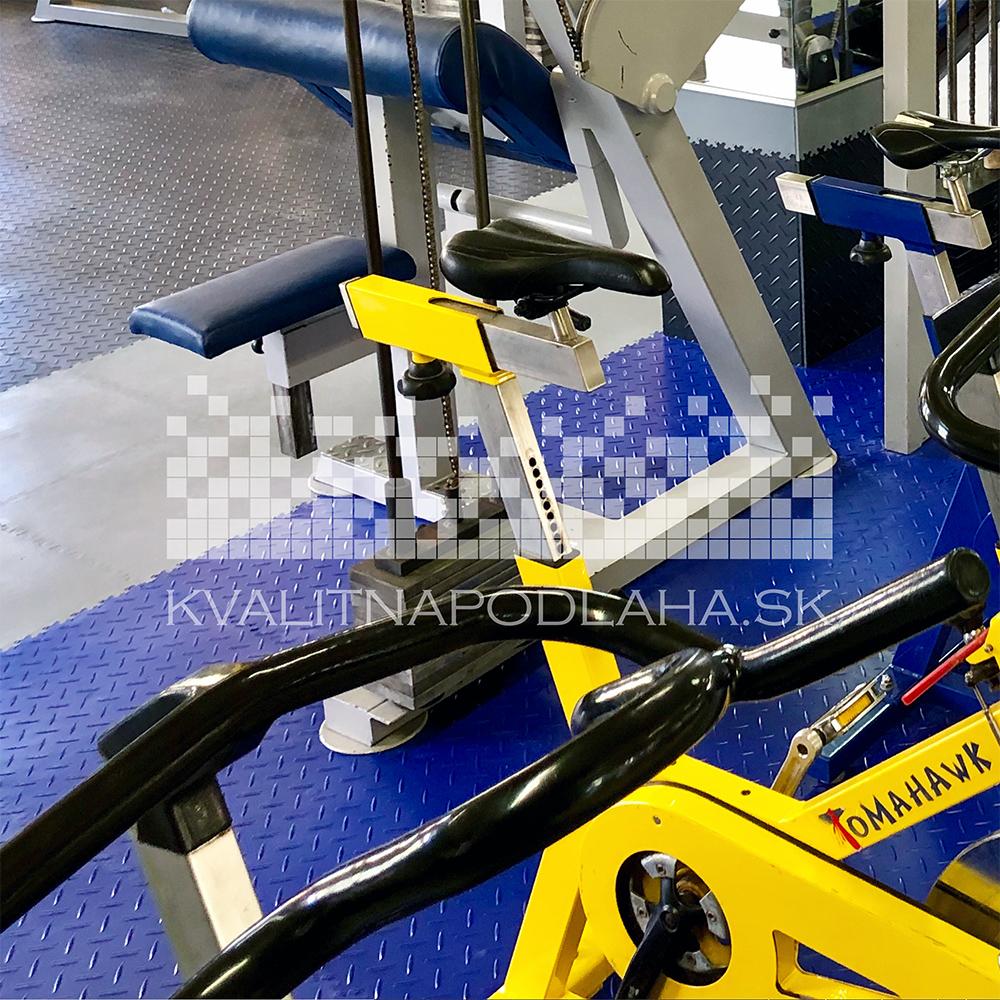 Farebná kombinácia odolných PVC dlaždíc v posilňovni