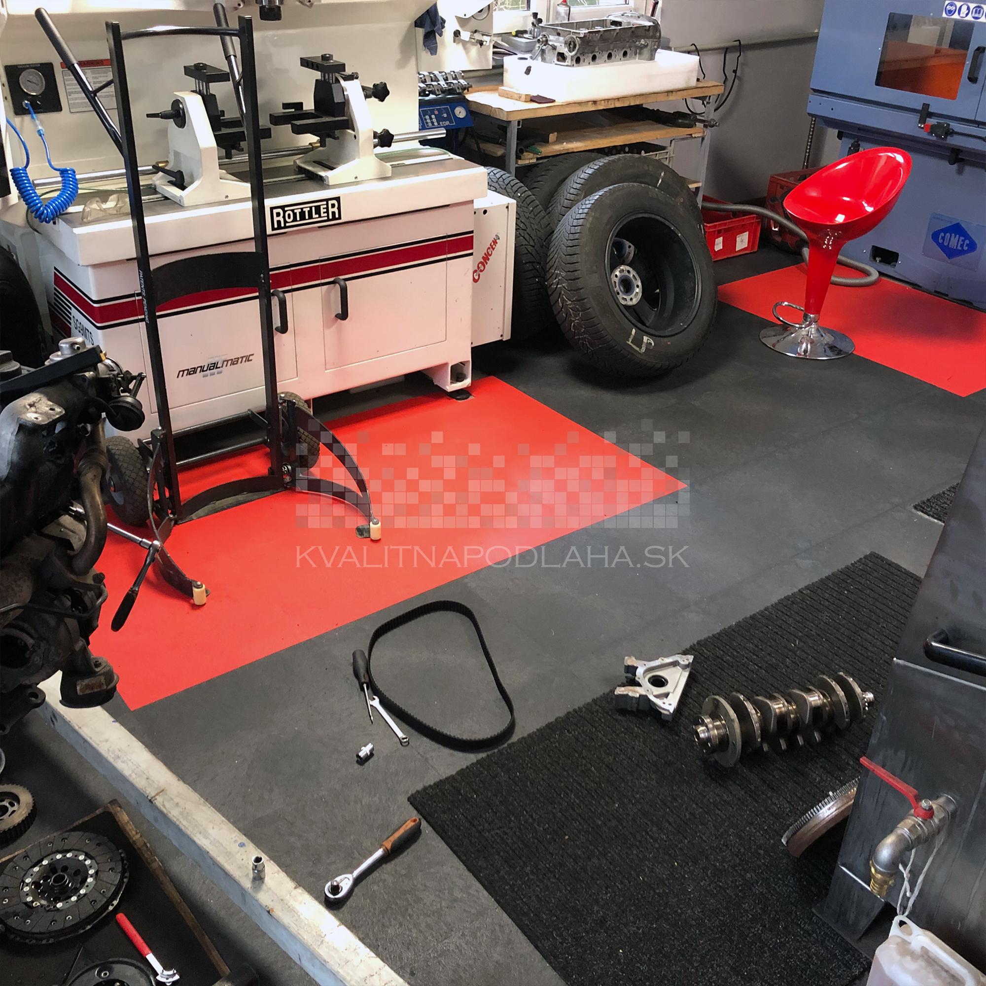 Odolná záťažová PVC podlaha Fortelock Invisible so skrytými zámkami v auto dielni.